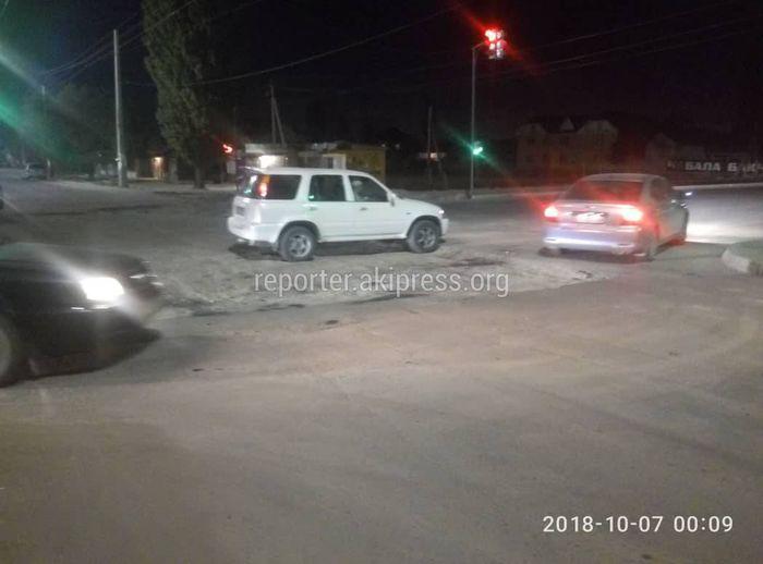 На Ахунбаева-Ашара вскопали дорогу и оставили без предупредительных знаков (фото)