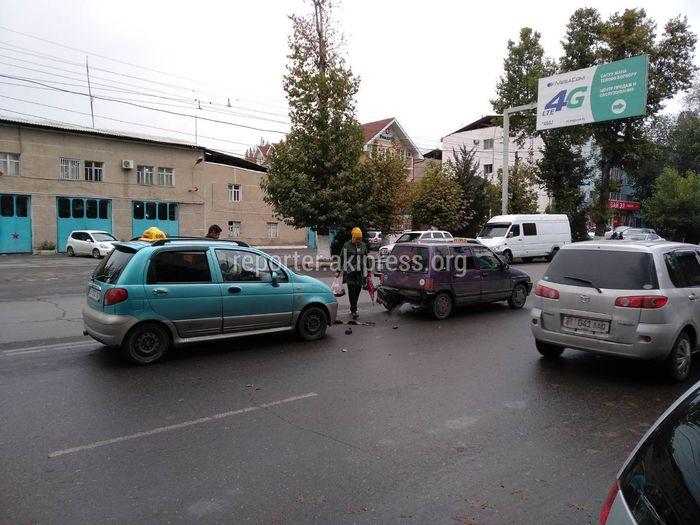 В Оше произошло ДТП с участием двух машин <i>(фото)</i>