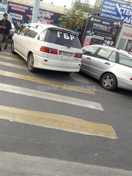 «Тойота» припарковалась на пешеходном переходе на Шопокова