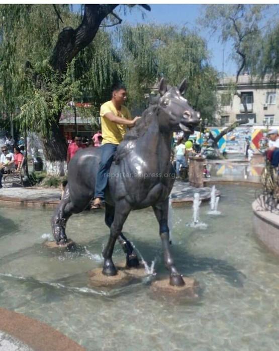 Читатель просит оштрафовать жителей Бишкека, которые купались в фонтанном комплексе у ЦУМа и вскочившего на железного коня (фото)