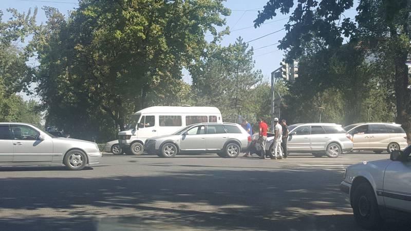 Фото — В центре Бишкека столкнулись «Субару»и «Ауди»