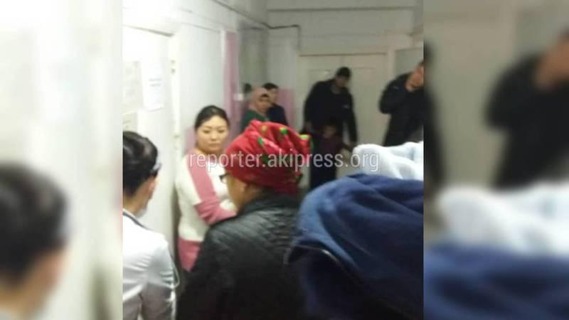 Посетители жалуются на большие очереди в детской больнице №3. Видео