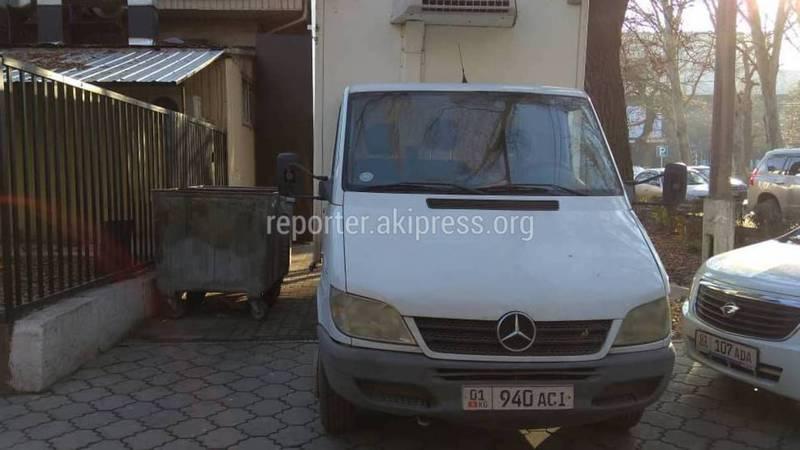 На ул.Тыныстанова водитель припарковал грузовик на тротуаре и перегородил проход, - читатель (фото)