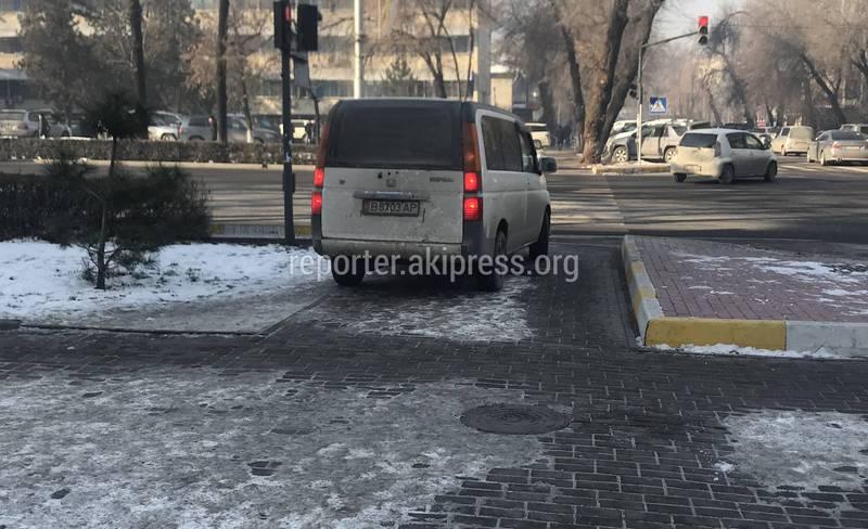 Видео — «Степвагон» разворачивался на тротуаре правительственной трассы