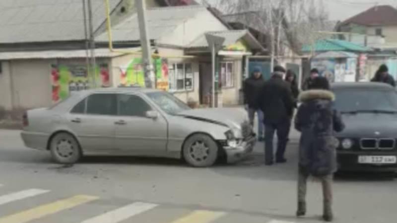 Видео – На пересечении Кайназарова и Абдраева «Мерседес» врезался в «БМВ»