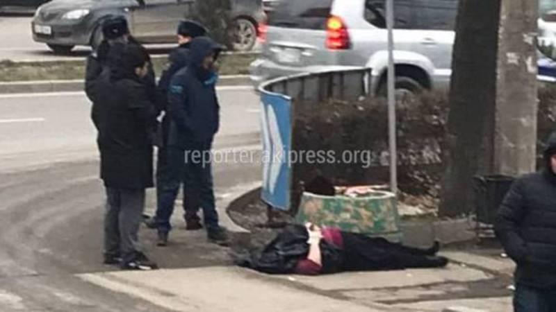 В Востоке-5 на тротуаре лежит труп (фото)