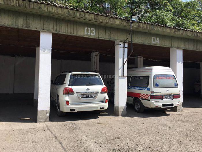 На территории Станции скорой помощи Бишкека водитель припарковал свой джип на месте медицинской кареты <i>(фото)</i>