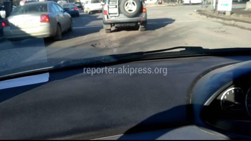 В Бишкеке на Жукеева Пудовкина - Кулатова ямы перед светофором, - читатель (фото)
