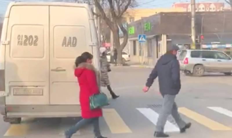 Видео — Бишкеке на Байтик Баатыра-Ахунбаева водитель маршрутки выехал за стоп-линию