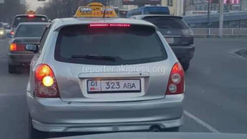Водитель такси установил на авто поддельный госномер?, - читатель (фото)