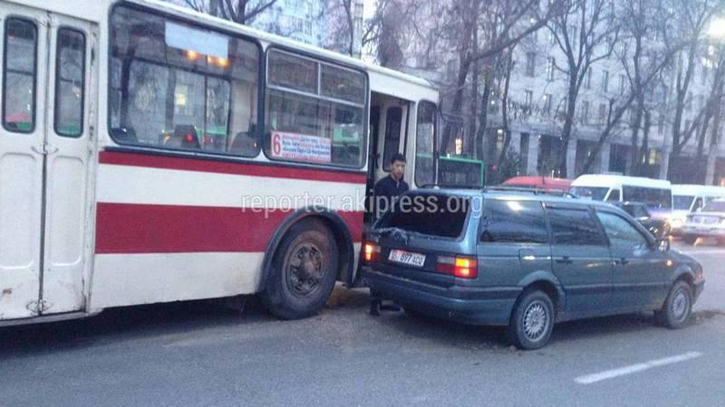 В центре Бишкека столкнулись троллейбус и легковушка. Фото
