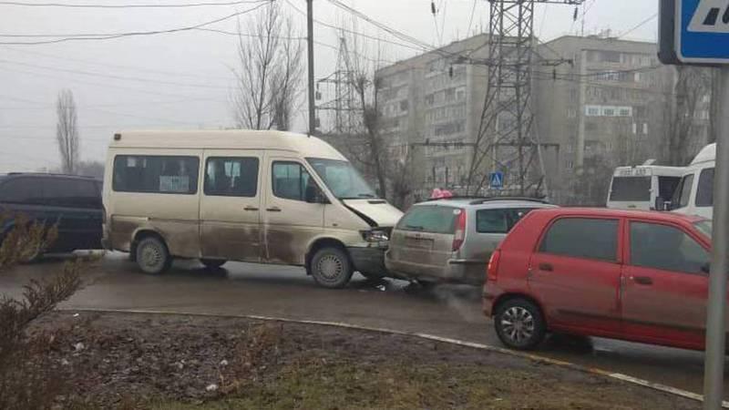 В мкр Аламедин-1 столкнулись маршрутка и легковая машина (фото)