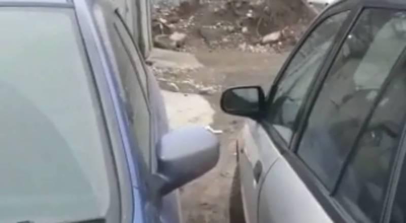Жительница столицы просит водителя «Хонды» парковать машину с учетом уже припаркованных авто (видео)