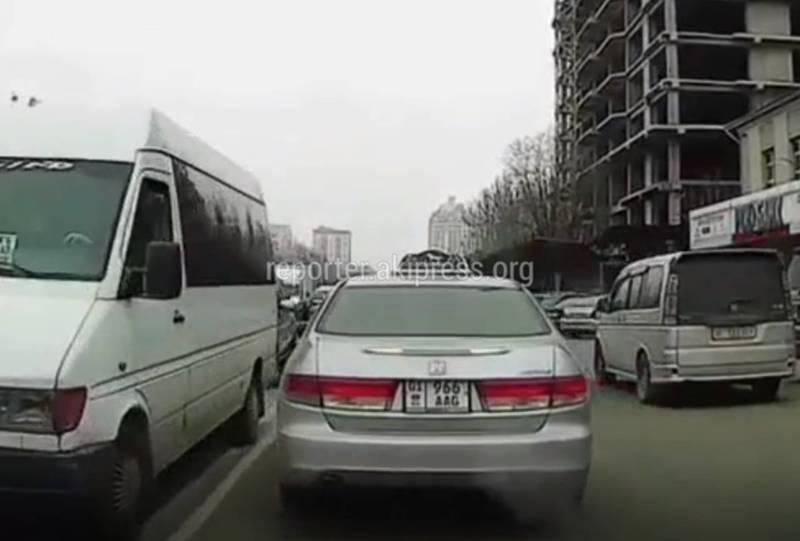 В Бишкеке на улице Фрунзе водитель такси несколько раз нарушил ПДД, - очевидец (видео)