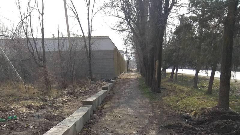 Бишкекчанин интересуется, законно ли на Байтик Баатыра жители выдвинули свои заборы? (фото)