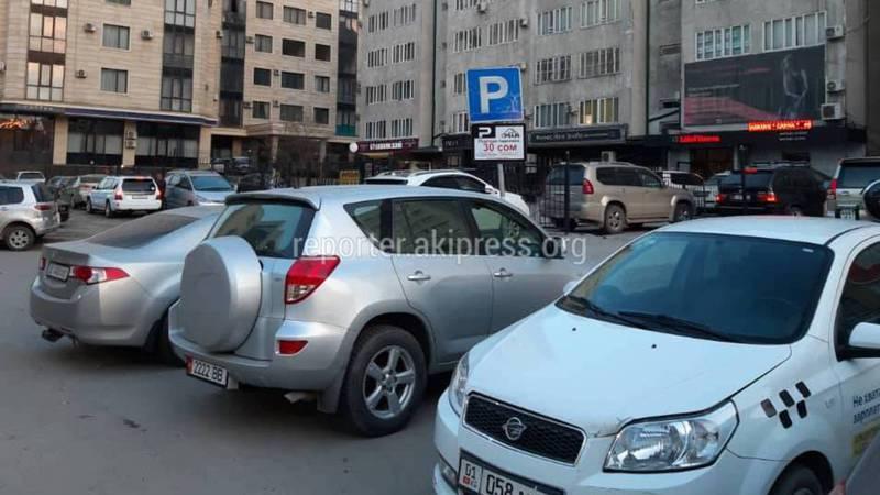 На ул.Киевской за парковку на обочине берут оплату, - бишкекчанин (фото)
