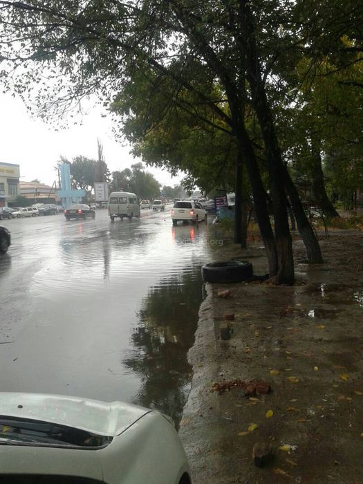 На Дэн Сяопина - Алыкулова в Бишкеке во время дождя проезжая часть превращается в большую лужу, - читатель (фото)