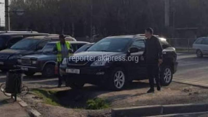 Возле «Мадины» водители продолжают парковать машины на газоне (видео)