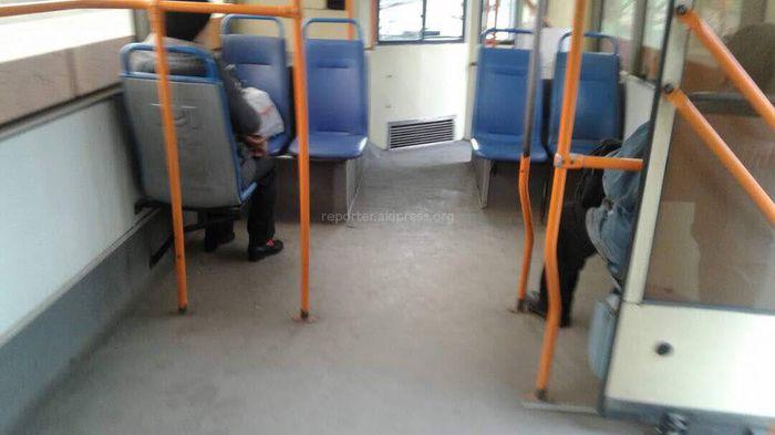 Бишкекское троллейбусное управление восстановило сидения в троллейбусе, на который жаловался читатель