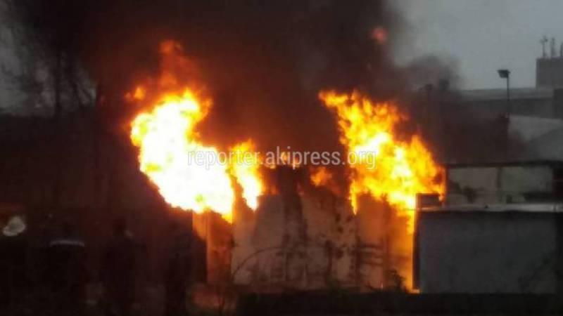 В Бишкеке на ул.Шабдан Баатыра горит трансформатор, - очевидец (видео)