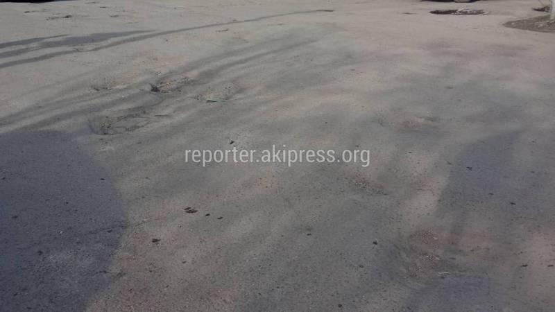 В Токмоке на Дунларова - Ибраимова из-за ям на дороге создаются аварийные ситуации, - житель (фото)