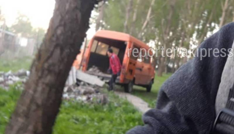 Очевидец снял, как неизвестные выбрасывают строительный мусор в лесопосадке в Токмоке