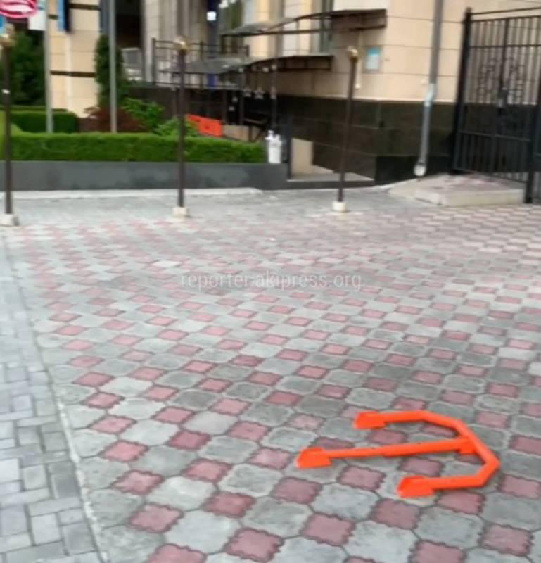 Бишкекчанин интересуется, законно ли на тротуаре установлен ограничитель парковки на Токтогула - Орозбекова?