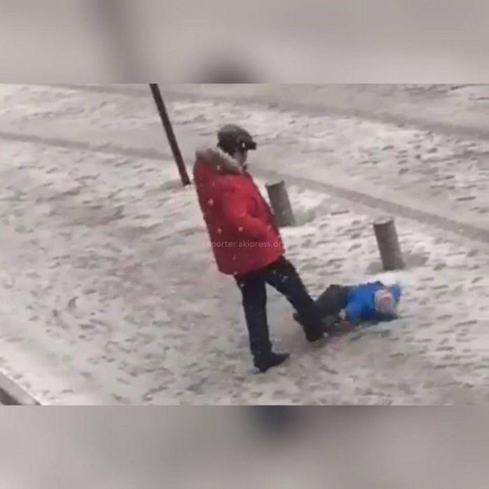 <b>Мужчина пнул ребёнка в живот. Соцсети просят наказать его</b> (видео)