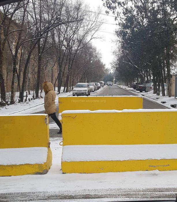 Ограждение бетонными плитами участка ул.Джунусалиева произведено по просьбе жителей, - мэрия Бишкека