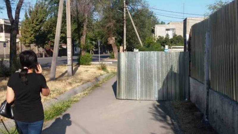Бишкекчанин интересуется, законно ли огородили тротуар на пересечении улиц Гагарина и Юдахина?