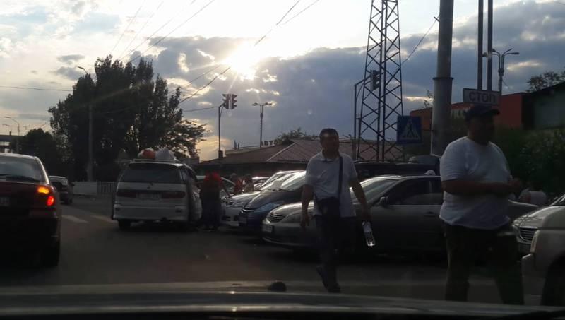 На Жибек-Жолу–Кулиева таксисты набирающие пассажиров Бишкек-Иссык-Куль паркуются в три ряда и за стоп-линией (видео)