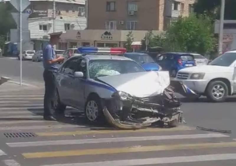 На Ахунбаева–Токтоналиева произошло ДТП с участием патрульной машины и «Лексуса» (видео)