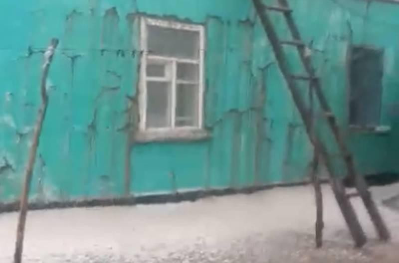 В селе Жалгыз-Терек Нарынской области выпал град и побил штукатурку дома (видео)