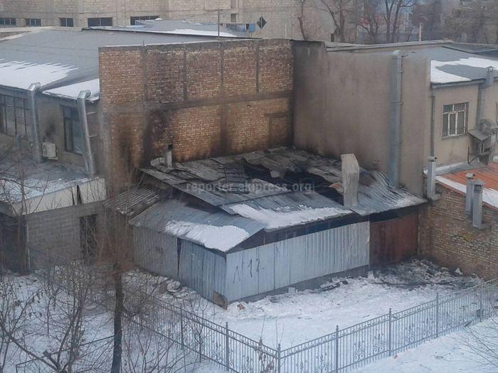 На ул.Гоголя в Бишкеке сгорела кухня кафе <i>(фото)</i>