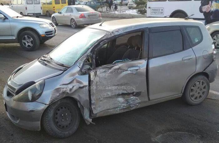 На улице Ахунбаева произошло ДТП с участием маршрутки <i>(фото)</i>