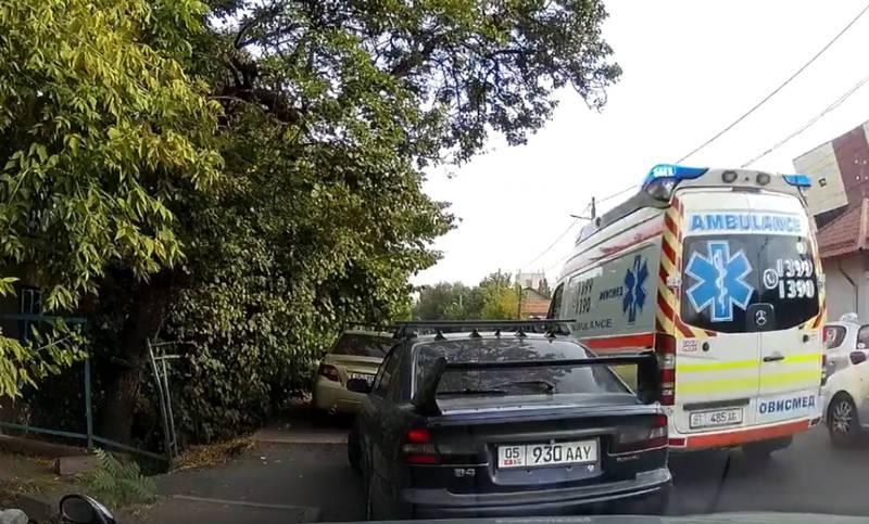 В Бишкеке водители организованно пропустили карету скорой помощи во время пробки (видео)