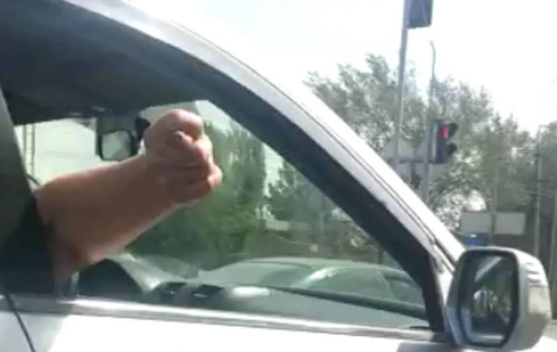 На ул. 7 Апреля водитель «Хонды» создавал аварийную ситуацию на дороге и повернул на красный свет светофора (видео)