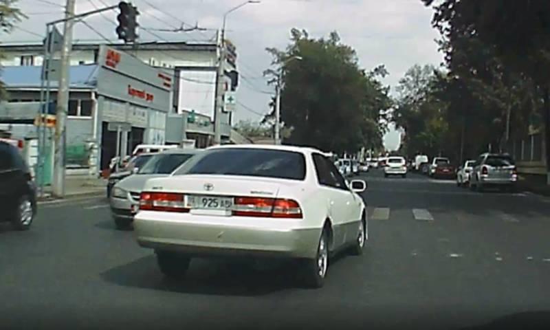 На Жибек Жолу водитель «Тойоты» с госномером 01KG 925 ABN выехал на встречную полосу (видео)