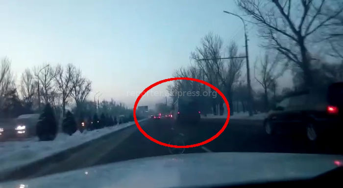 Бишкекчанин возмущен дымящим автобусом маршрута №7 (видео)