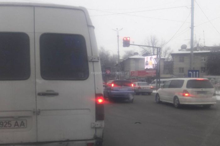 Водитель просит продлить время действия зеленого света светофора при повороте налево с ул.Фучика на проспект Чуй в Бишкеке