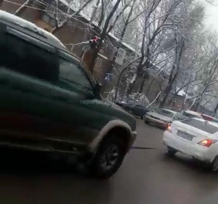 Машина мобильного батальона ГУВД Бишкека убрала с проезжей части заглохшую машину (видео)