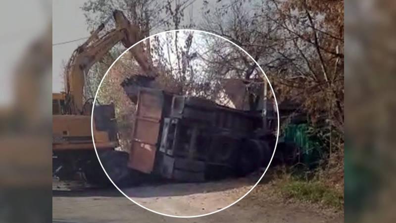 В Бишкеке перевернулся грузовик с углем. Видео
