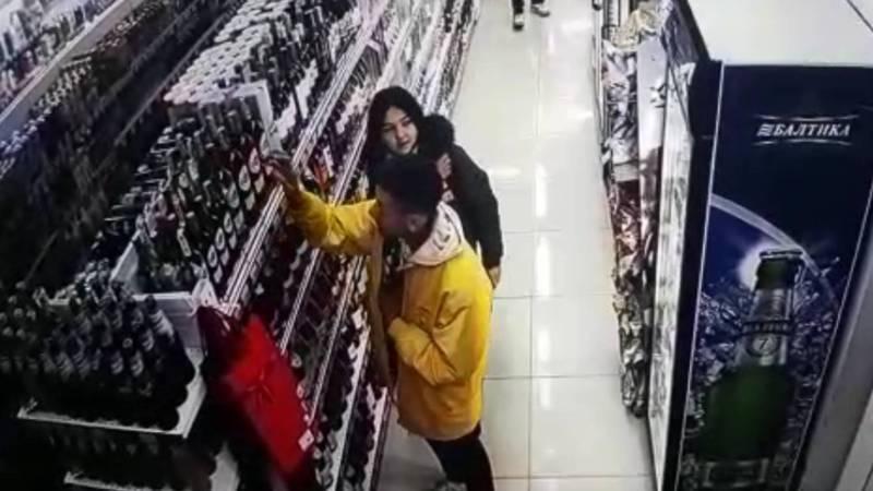 Видео — Молодой человек ворует алкоголь в супермаркете
