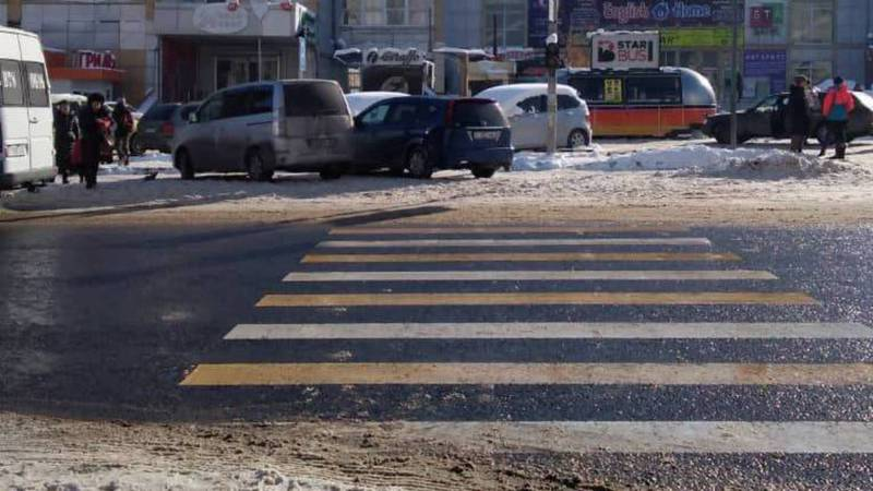 На ул.Нуркамал водители до сих пор паркуются, закрывая проход к пешеходному переходу