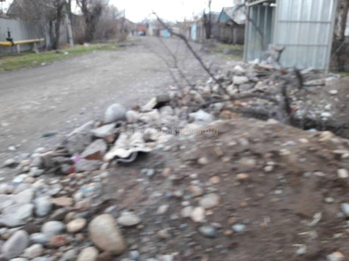 Жители переулка Лазерный в Бишкеке просят закопать траншею (фото)
