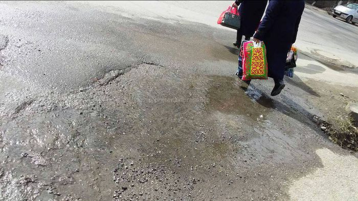 Житель города Ош: В мкр Черемушки из люка вытекает вода, но горводоканал не реагирует