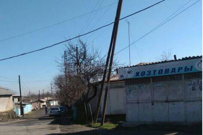 Жители села Шарк просят заменить накренившийся столб высоковольтной ЛЭП на ул.Кош-Таш (фото)