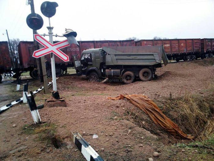 В Иссык-Атинском районе столкнулись грузовик и поезд (фото,видео)