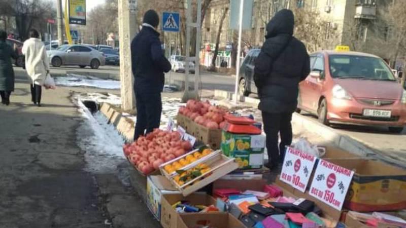 На Московской-Усенбаева снова торгуют на тротуаре. Фото