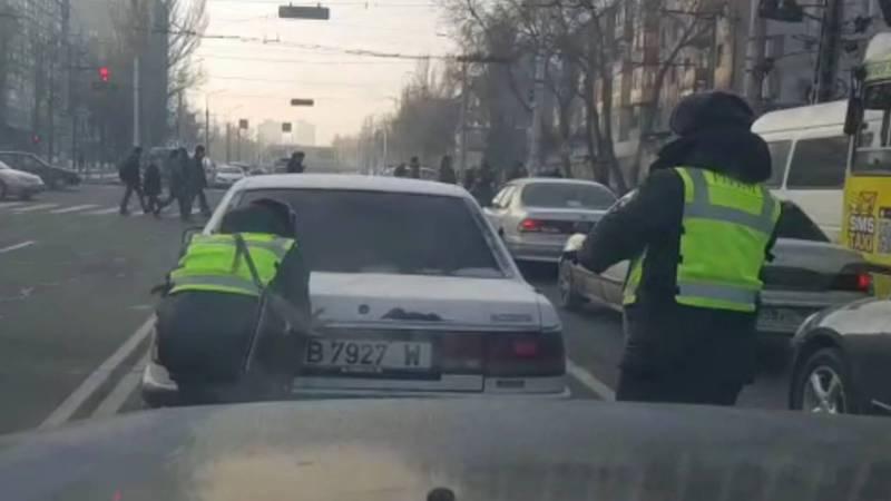 Сотрудники Патрульной милиции помогли водителю толкать заглохший автомобиль. Видео